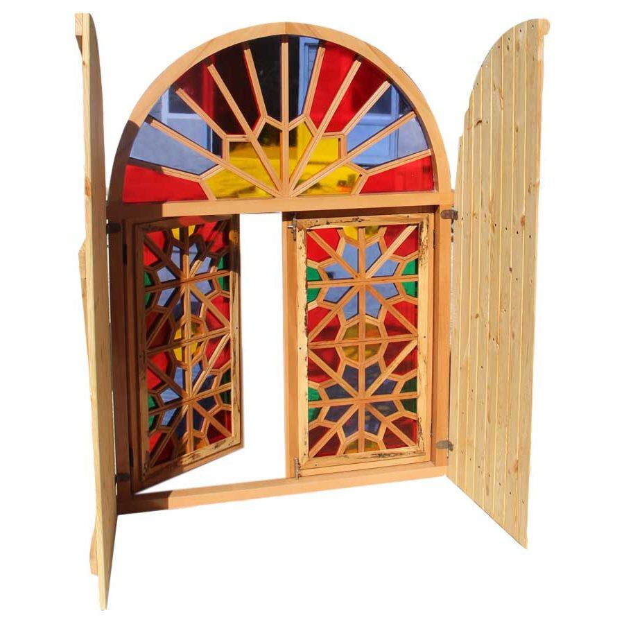 پنجره سنتی با کاور چوبی