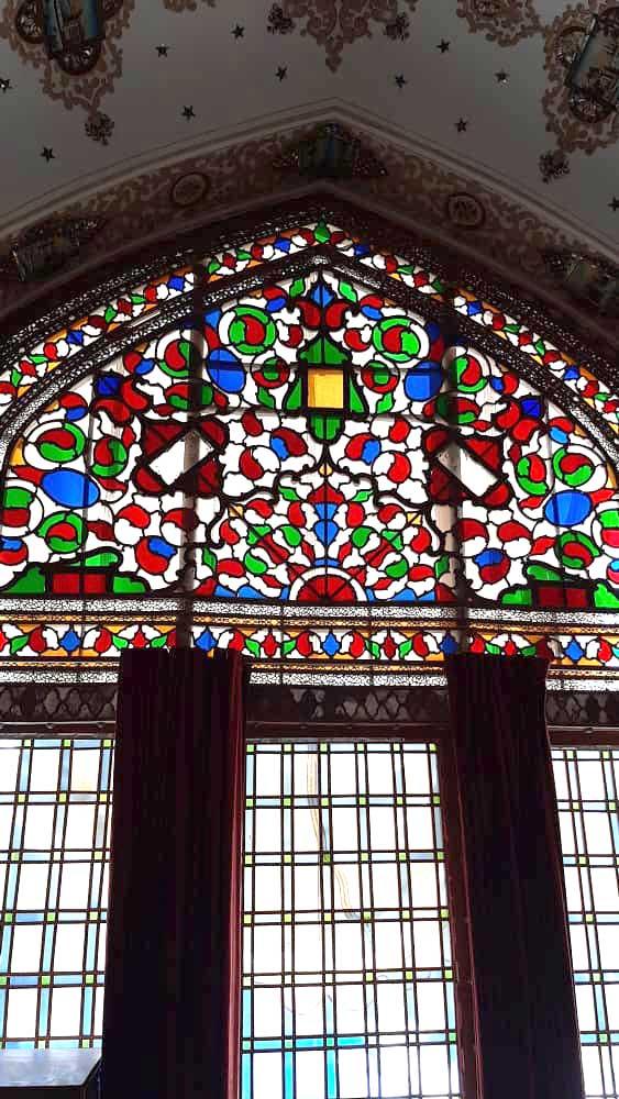 پنجره ارسی با شیشه رنگی